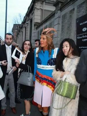 Anna Dello Russo (de azul), editora da Vogue japonesa, vestiu look 100% Prada para o desfile da grife Foto: Danielle Sousa / Especial para Terra