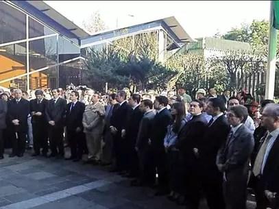 Directivos y trabajadores de la paraestatal dedicaron un minuto de silencio en memoria de las víctimas en la explanada del complejo corporativo. Foto: Tomada Twitter de @pemex