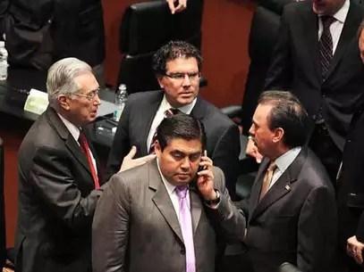 Barbosa (centro) dijo que la propuesta incluirá cambios tanto a la Constitución como a la Ley de Telecomunicaciones. Foto: Archivo / Reforma