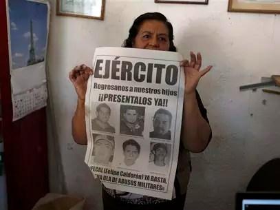 María Orozco, madre de un desaparecido, muestra un afiche en Iguala, México, feb 20 2013. Decenas de personas fueron secuestradas y asesinadas en México por las fuerzas de seguridad en los últimos años durante la ofensiva contra el narcotráfico del ex presidente Felipe Calderón, dijo el organismo Human Rights Watch, en un reporte div ulgado el miércoles. Foto: Tomas Bravo / Reuters
