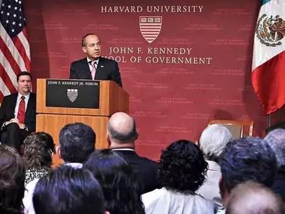 Felipe Calderón en una plática en la Universidad de Harvard. Foto: Especial / Reforma