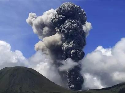 Nueva erupción del volcán indonesio Lokon Foto: Agencia EFE / © EFE 2013. Está expresamente prohibida la redistribución y la redifusión de todo o parte de los contenidos de los servicios de Efe, sin previo y expreso consentimiento de la Agencia EFE S.A.