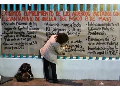 Los inconformes escribieron en diversas mantas sus peticiones. Foto: Juan Manuel Valdivia / Reforma