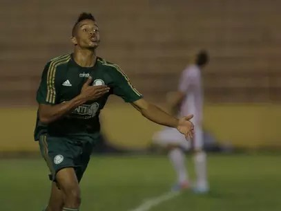 Willian Matheus saiu jogando na lateral esquerda e marcou o primeiro gol Foto: Célio Messias / Agência Lance