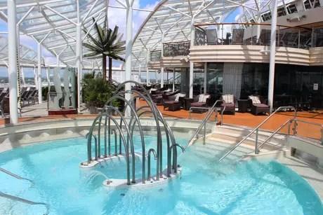 <p>Os convidados e os noivos podem usufruir das opções de lazer do navio. Jacuzzi é do Oasis of The Seas</p>