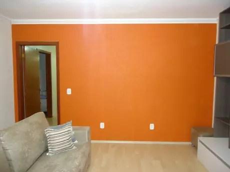 sofa cinza e almofadas coloridas nichols and stone table saiba como decorar sala com parede colorida no terra decora