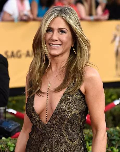 Jennifer Aniston é uma das famosas que apostam em decotões sem ter turbinado os seios com silicone Foto: Frazer Harrison / Getty Images