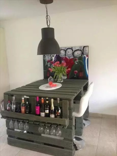 Pallets pintados se transformam em uma mesa com detalhe lateral para guardar garrafas e taças