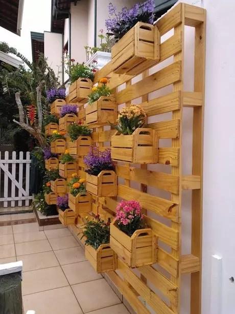 Também é possível montar um jardim vertical com pallets e caixotes