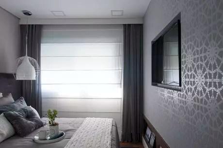 """Uma sugestão da designer de interiores Bianka é adicionar um toque de cor por meio de xales. """"Podem ser trocados em cada estação, por exemplo. Podem ser ainda alinhados com as almofadas, fica uma composição linda."""" Na foto, a designer de interiores Adriana Fontana escolheu xale franzido cinza para compor com a cortina branca. Informações: (11) 2306-6051"""