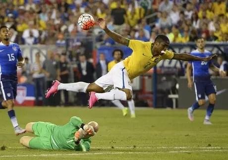Douglas Costa disputa lance com o goleiro Brad Guzan dos Estados Unidos