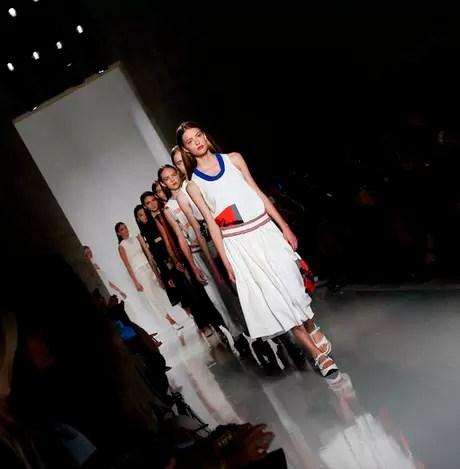 Modelos na fila final do desfile de Victoria Beckham: todas têm corpos magros