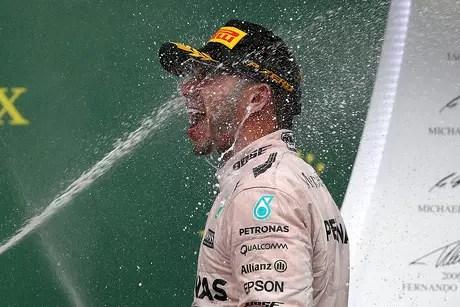 Lewis Hamilton comemora vitória no GP dos EUA e seu tricampeonato na Fórmula 1.
