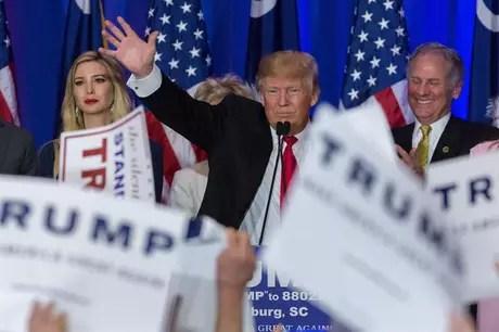 Donald Trump comemora com seus partidários vitória no caucus Republicano na Carolina do Sul