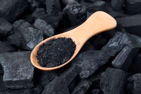 Não há comprovação científica de que o carvão ativado possa clarear os dentes. A Associação Brasileira de Odontologia repudia o uso da substância para esse fim.