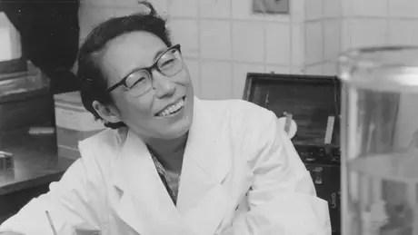 Utako Okamoto no seu laboratório em 1961