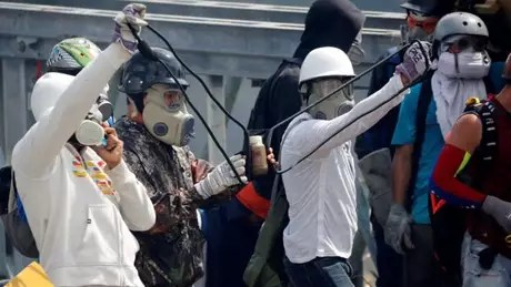 Os coquetéis cocôtov são lançados em reação às bombas de gás lacrimogêneo lançadas por forças de segurança
