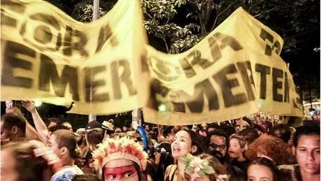 Faixas contra o presidente Temer em bloco de Carnaval em Belo Horizonte; país registrou protestos isolados após divulgação de denúncias