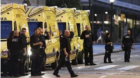 Paramédicos são vistos próximos da cena do ataque na área de Las Ramblas, Barcelona, em 17 de agosto