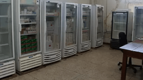 Refrigeradores desligados em um almoxarifado de remédios de alto custo no Panamá