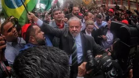 Lula chegou à Curitiba para o primeiro depoimento a Moro, em maio, abraçado por manifestantes   Foto: Filipe Araujo