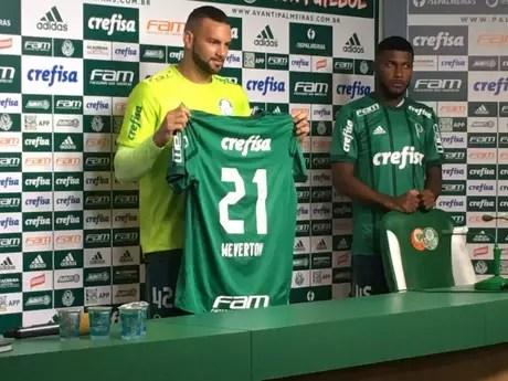 Weverton posa com a camisa 21, em sua apresentação na Academia de Futebol (Foto: Fellipe Lucena)