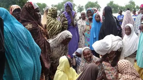 Mulheres choram após morte de quatro pessoas em ataque-bomba suicida na Nigéria, em 2017