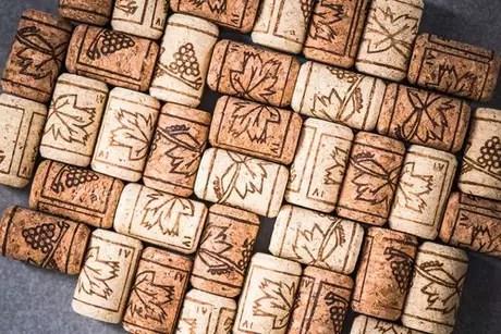 Mural feito com rolhas de vinho