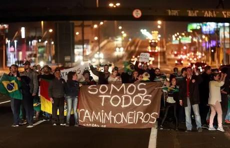 Manifestantes participam de protesto em apoio a movimento de caminhoneiros em Canoas 25/05/2018 REUTERS/Diego Vara