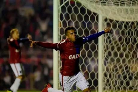 Junior comemora o empate do Paraná