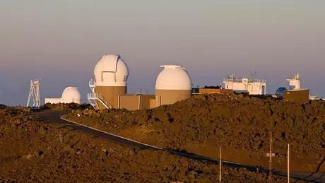 Os telescópios do sistema de sondagem contínua Pan-Starrs que detectaram o Oumuamua estão localizados no topo do vulcão Haleakala, em Maui