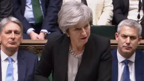 """May disse que pretende reabrir as negociações em Bruxelas com uma """"mensagem enfática"""" do que os parlamentares britânicos desejam"""