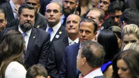 Onyx Lorenzoni (centro, esq.) foi 'liberado' do cargo de ministro para votar na eleição da presidência da Câmara