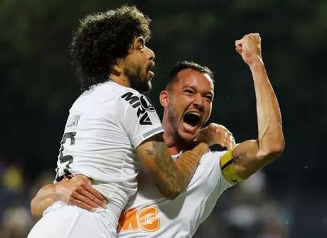 Rever comemora o gol do Atletico-MG com Luan