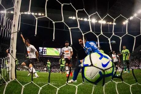 O goleiro Fabiano, do Avenida, não evita gol de Henrique, do Corinthians, durante partida válida pela 2ª fase da Copa do Brasil 2019, na Arena Corinthians, em São Paulo, nesta quarta-feira 20.