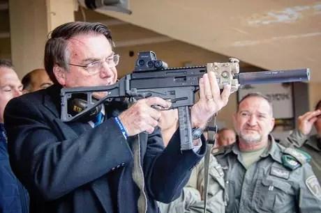1554148239855 - Bolsonaro volta atrás e revoga decreto de armas