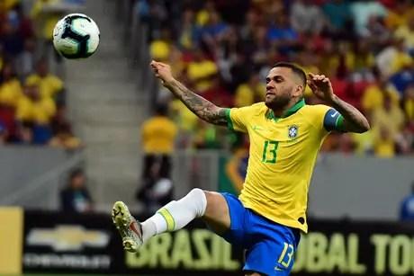 Daniel Alves, do Brasil, em partida amistosa contra o Catar, realizada no estádio Mané Garrincha, em Brasília, nesta quarta-feira, 05.