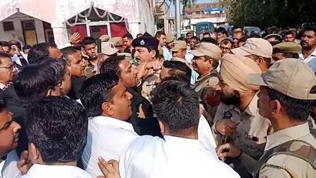 Advogados em Jammu tentaram impedir que policiais entrassem na corte para apresentar as acusações contra os suspeitos do crime