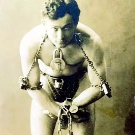 Harry Houdini foi um dos maiores ilusionistas da história. Ele viveu de 1874 a 1925