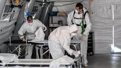 Na Itália, autoridades tiveram que montar tendas fora dos hospitais devido ao colapso do sistema de saúde