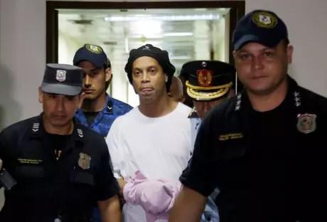 Ronaldinho Gaúcho é escoltado por policiais no Paraguai 07/03/2020 REUTERS/Jorge Adorno