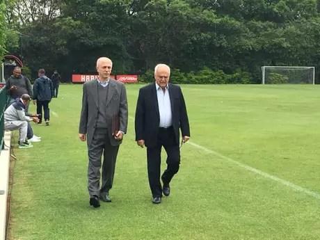 Elias Albarello ao lado do presidente Leco no CT da Barra Funda - FOTO: Marcio Porto/Lancepress!