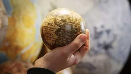 Uma crença amplamente compartilhada entre os teóricos da conspiração é que um único grupo governa o mundo