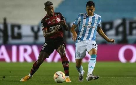 O atacante Bruno Henrique foi o destaque do Flamengo no El Cilindro, contra o Racing (Foto: AFP)