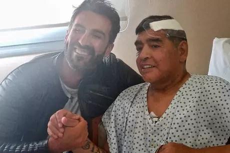 Maradona ao lado de seu médico, Leopoldo Luque, no dia em que recebeu alta.