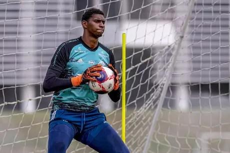 Segurança com as mãos: Hugo Souza retornou aos treinos no Ninho do Urubu (Foto: Alexandre Vidal/Flamengo)