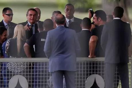Presidente Jair Bolsonaro conversa com apoiadores na entrada do Palácio da Alvorada 17/03/2021 REUTERS/Ueslei Marcelino