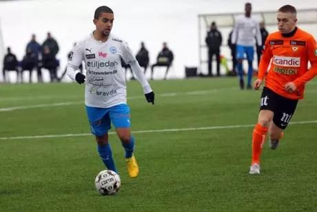 Erick (à esquerda) em ação pelo IFK Värnamo (Foto: Reprodução / Instagram / Erick Brendon)
