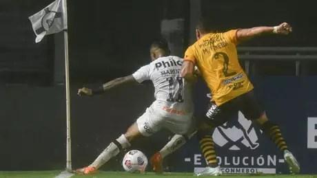 Marinho disputa bola com jogador do Barcelona (Foto: Ivan Storti/Santos FC)