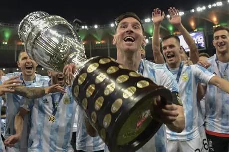 Messi foi o responsável por erguer a taça que encerrou um jejum de 28 anos de títulos (Foto: CARL DE SOUZA / AFP)